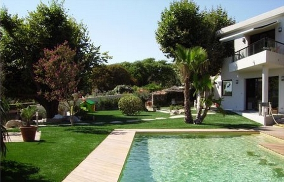 gazon synthetique jardin et tour de piscine